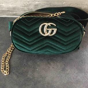 NY Aldrig använd!! Bältesväska i grön sammet/velour med gulddetaljer. GUCCI kopia