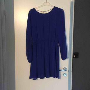 Helt ny klänning från Bik Bok. Tunt tyg med djup rygg och ett guld smycke. Snygg kornblå färg