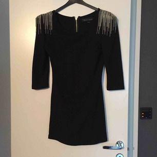Super snygg klänning från Bik bok, designer kollektion! Använd endast 1gång.. slimmad kort klänning som sticker ut !