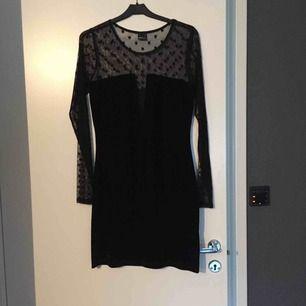Både sammet och meshtyg i samma klänning! Jätte snygg modell, som får en att slimma av med den djupa urringningen. Tight modell men strechig att ha på sig