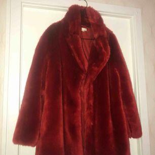 Nu rensar jag garderoben och säljer min älskade fuskpälskappa från HM, kan mötas upp i Sthlm 🌸