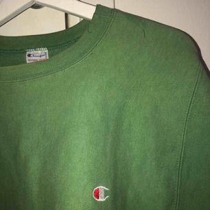 Riesiges grünes Champion-Sweatshirt! Ich habe es diesen Herbst im Winter gekauft, aber es wurde noch nicht verwendet und erspart Ihnen gerade jetzt eine Reise, also versuchen Sie, schnell etwas zu verkaufen. Kann sich in Västerås oder Stockholm treffen, aber auch versenden.