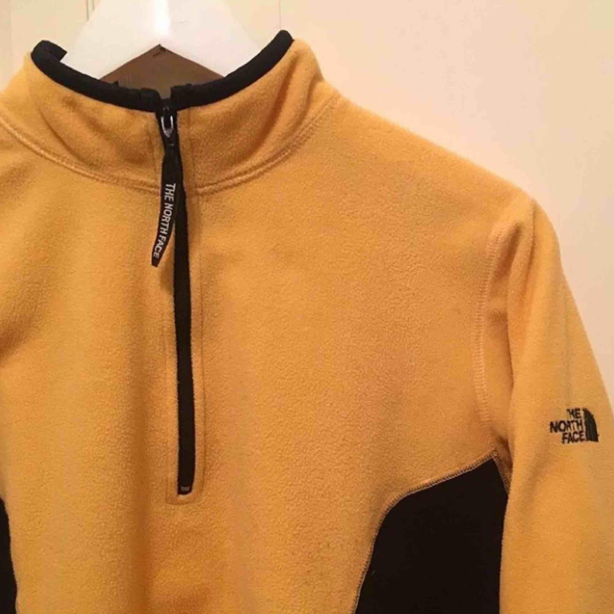 The North Face tröja!! Strl M men sitter som xs. Skitsnygg iaf!!! Köpare står för frakt.. Huvtröjor & Träningströjor.