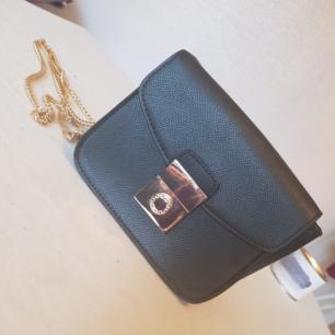🌸Fin Oanvänd väska med lås och guldkedja 🌸