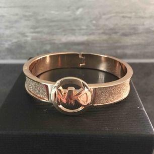 Nytt oanvänt armband från MICHAEL KORS. Guld och glitter