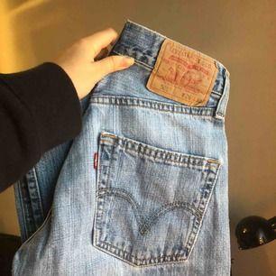 Ett par Levi's 501 jeans i jättebra skick! Säljes då de tyvärr är för små för mig, bara att skriva vid funderingar eller om du vill ha mer bilder!