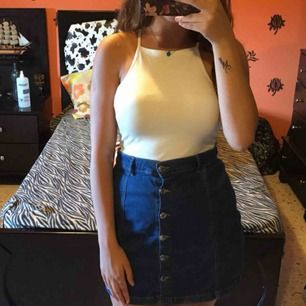 Jeans kjol köpt ifrån gina tricot, bra skick.