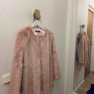 Rosa faux fur jacka från Ginatricot. Så gott som ny!