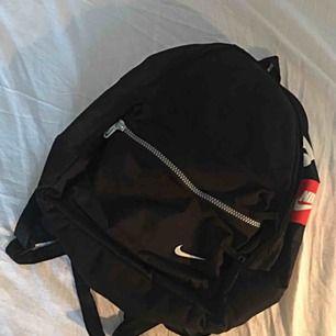 Svart lite större ryggsäck från Nike. 1900s! I fint, begagnat skick. Frakt ingår. Inköpt här på Plick men fick en ny ryggsäck av mamma och behöver då ej ha två stycken. Super fin!