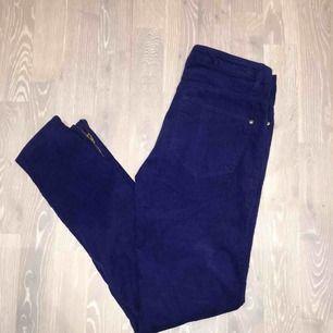 Mörkblå manchesterbyxor från H&M! Dragkedja längst ner vid fötterna. Storlek 36, fint skick! Har en lila ton i på bilden men är mer kornblå i verkligheten. Köparen står för frakten 💫