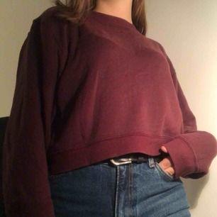 Vinröd sweatshirt som är lite croppad, köpt på Pull&Bear för något år sedan men bara använd några gånger. Strl S