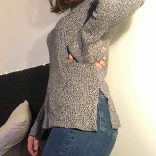 Fin tröja från H&M. Använd endast 1 gång. Längre i modellen och har som en slits på vardera sida och även vid armarna. Strl XS men passar nog S också.
