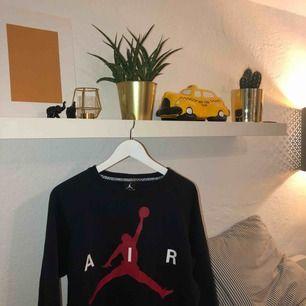Jordan Sweatshirt. ⚡️ Svart med röd logga, storlek M. Frakt tillkommer