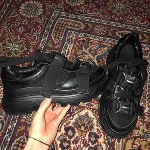Skitsnygga svarta platåskor med coola detaljer. Älskar dessa skor men kommer aldrig till användning då jag har för många par 😬 hoppas de kan hitta ett nytt hem då dem kmr till användning. Möts i sthlm elr frakt 💕