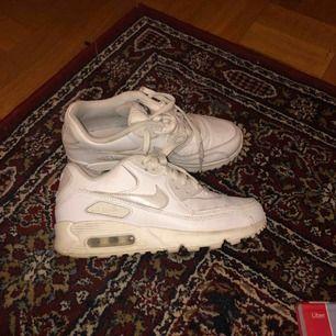 Vita air max 90, jättebra skick. Säljs pga har för mkt skor 🙄 möts i sthlm elr skickas mot frakt 💕