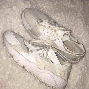 Passar 38-39 eftersom Nike Hursches är små i strl. Vet ej om de är äkta eller nej De är använda max 3 gånger men Tvättas innan så de ser nya ut