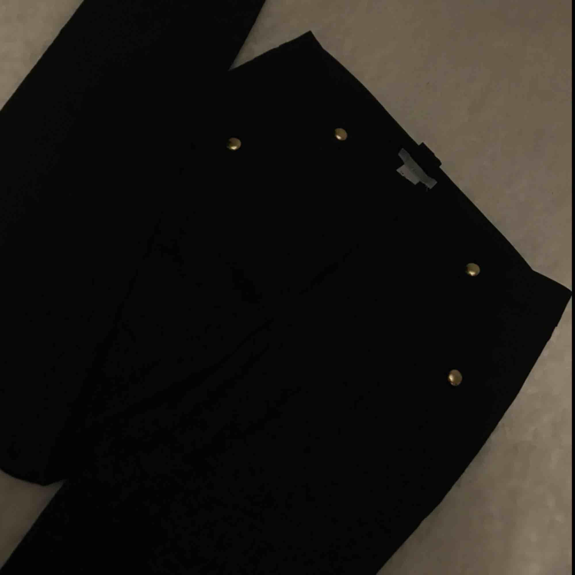 kostymbyxor helt nya men liten fläck på låret . Jeans & Byxor.
