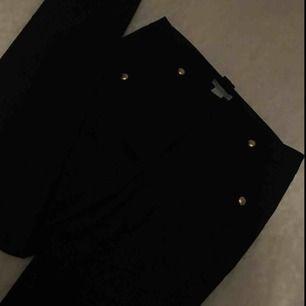 kostymbyxor helt nya men liten fläck på låret