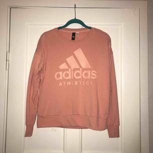 Collegetröja från Adidas, köpt på Intersport vår 2018. Använd fåtal gånger, så den är i perfekt skick! Frakt: 55kr.