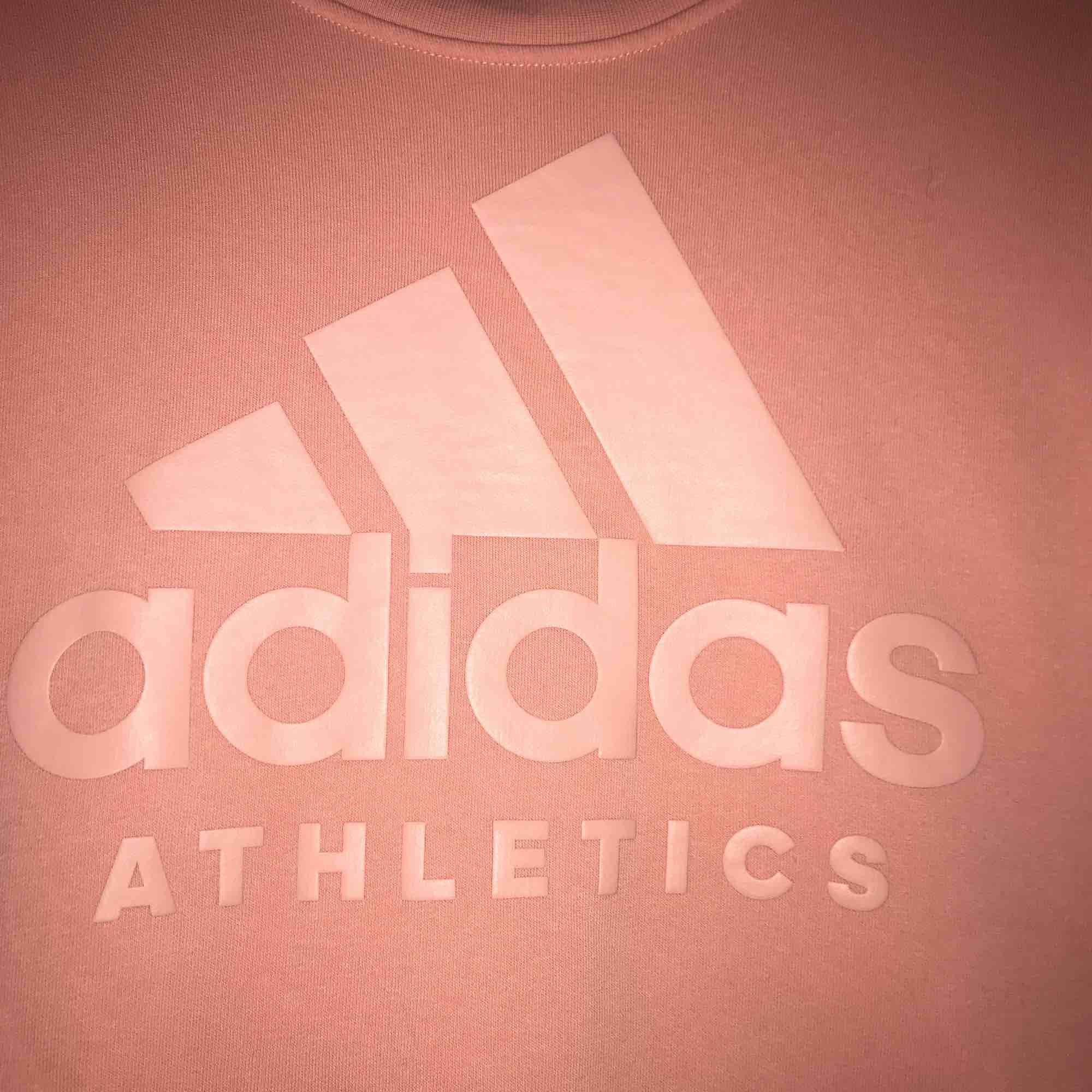 Collegetröja från Adidas, köpt på Intersport vår 2018. Använd fåtal gånger, så den är i perfekt skick! Frakt: 55kr. . Huvtröjor & Träningströjor.