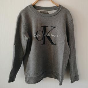 Sweatshirt från calvin Klein. Superfint skick, inget att anmärka på. Passar även en m.