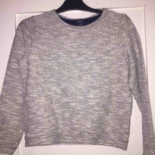 Här är en glittrig gant tröja den är äkta