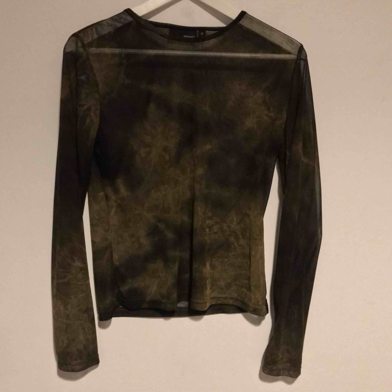 Grön/brun genomskinlig mesh tröja köpt second hand. Passar lika bra till vardags som fest!🍸 (Frakt 18kr). Toppar.