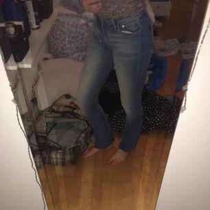 Säljer ett av de finaste jeansen i världen. Ett par utsvängda crocker jeans. Använda men väldigt bra skick. Kan mötas upp i Jönköping & skicka på posten men då står köparen för frakten😊