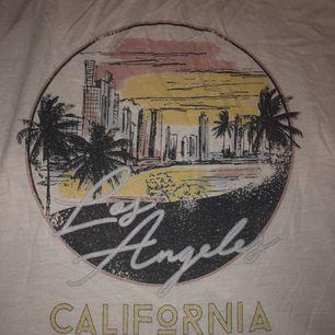 T-shirt med vintage känsla, från primark.🌸 Knappt använd.
