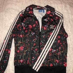 Knappt använd, blommig men cool adidas tröja. I väldigt bra skick Ny pris, 650kr Storlek M