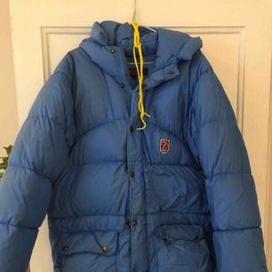 Säljer min ljusblåa Fjällräven Expedition. Den har kemtvättas och inte använts på några år.