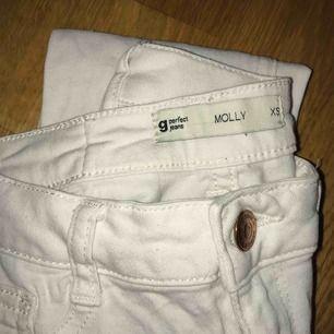 Trendiga vita jeans med bra passform från Gina-Tricot.  Köp 3- betala för 2 (alla kläder kostar 50kr/st)  Fraktkostnad tillkommer. Swish finns.