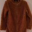 Teddy jakke dame. En stilfuld jakke i længere modell og med såkaldt teddy stof, der giver det en varm og hyggelig følelse, når det er lidt koldere udenfor. Jakken har to sidelommer
