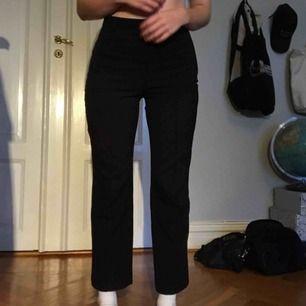 Kostymbyxliknande mjuka byxor från Monki. Kan skicka fler bilder vid intresse! Inga hål eller dyl