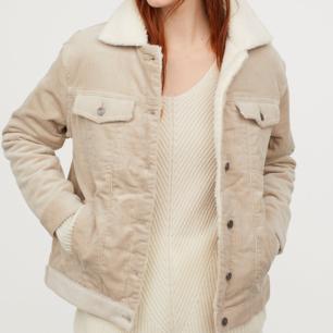 OBS! LÅNADE BILDER FRÅN H&M Jättefin manchesterjacka med sherpa! Köpt för 499kr men säljer den för att den inte satt som jag tänkt mig. Helt ocg hållet oanvänd, har lappen kvar! Kan skicka bilder vid intresse😊