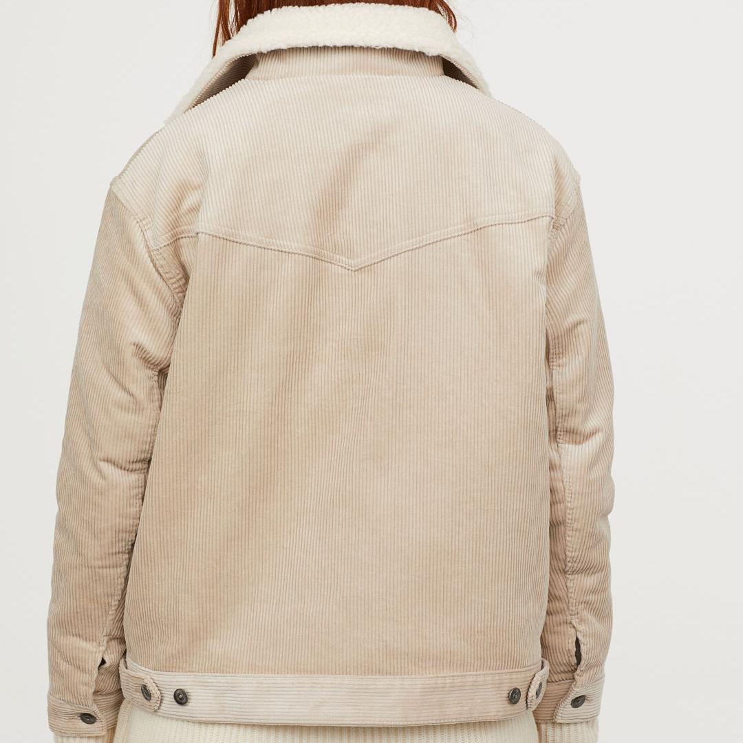 OBS! LÅNADE BILDER FRÅN H&M Jättefin manchesterjacka med sherpa! Köpt för 499kr men säljer den för att den inte satt som jag tänkt mig. Helt ocg hållet oanvänd, har lappen kvar! Kan skicka bilder vid intresse😊. Jackor.