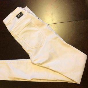 Vita jeans från Dr Denim, köpta på plick och säljes pga fel storlek. Superstretchiga och fint skick.