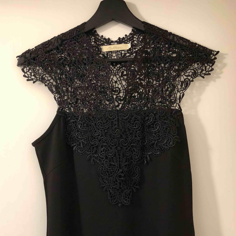 Vacker klänning i stl S-M beroende på hur tight man vill ha den. Nästan helt oanvänd och nyskick! Slutar strax ovanför knäna.. Klänningar.