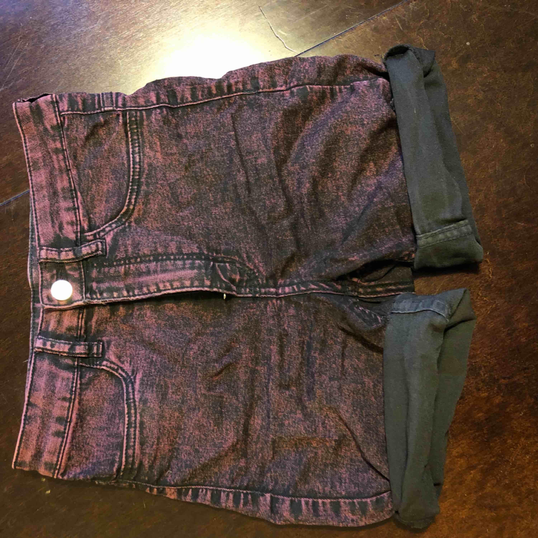 Högmidjade shorts från H&M i stl S. Stretchiga och supersköna! Nästan helt oanvända.. Shorts.