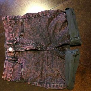 Högmidjade shorts från H&M i stl S. Stretchiga och supersköna! Nästan helt oanvända.