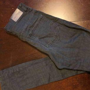 Svagt mönstrade  jeans från Monki. Höga i midjan och stuprörsben. Mycket fint skick!