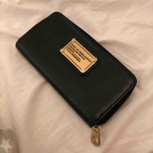 Säljer min marc jacobs plånbok 200kr köpt förra året.