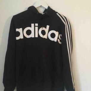 Hoodie från Adidas. Storlek M. Köparen står för eventuell frakt