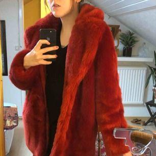 SUGGEST FIN rote Pelzjacke !! Im letzten Jahr bei H & M zum vollen Preis (ca. 1000) gekauft, aber leider nie daran gewöhnt. Passt eine Größe S! Der Käufer ist für den Versand von etwa 100 US-Dollar oder die Abholung in Vetlanda verantwortlich. <3