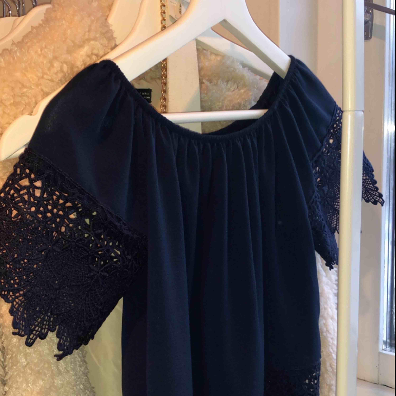 Blå spets tröja, inköpt för 200kr i spanien för 2 år sen. Den är använd 1 gång och maskin tvättas i 30 grader. Kan mötas upp, köpare står för frakt! . T-shirts.