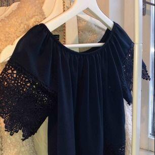 Blå spets tröja, inköpt för 200kr i spanien för 2 år sen. Den är använd 1 gång och maskin tvättas i 30 grader. Kan mötas upp, köpare står för frakt!