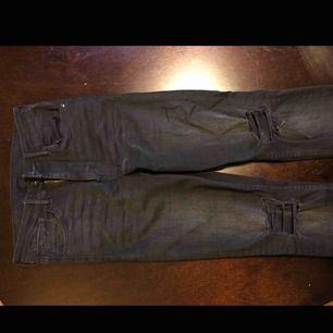 Nästan helt oanvända jeans från H&M med snygga slitningsdetaljer. Höga i midjan och stuprörsben.