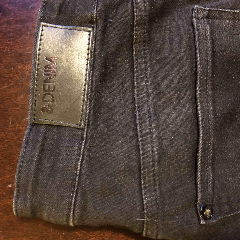 Nästan helt oanvända jeans från H&M med snygga slitningsdetaljer. Höga i midjan och stuprörsben.. Jeans & Byxor.