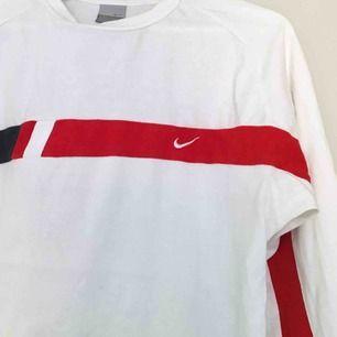 weißes, langärmliges T-Shirt von Nike. wenig genutzt, hat aber einen kleinen gelben Fleck (siehe Bild Nr. 2). Größe L aber würde wahrscheinlich sagen, dass es eher wie ein M. ist, der sich in Göteborg oder Schiff treffen kann (der Käufer ist für die Fracht). Weitere Bilder können auf Anfrage zur Verfügung gestellt werden.
