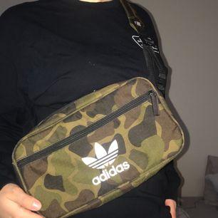 En väska från adidas i camo.  Köparen står för frakten, men jag möts gärna upp i Stockholmsområdet.